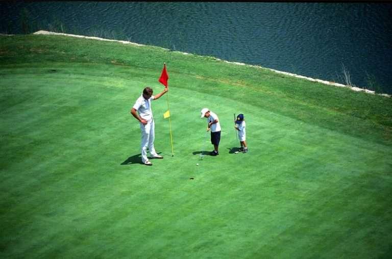 jovenes-golfistas-aprendiendo_o