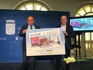 El cupón ha sido presentado por el alcalde de Fondón, Francisco Álvarez, y el director de la ONCE en Almería, Pascual Gualda Alonso.