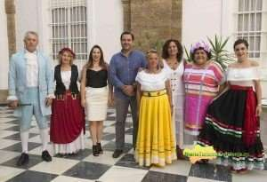 Salvador Puerto, con la alcaldesa y la concejala de Cultura de Algar y varios voluntarios ataviados con ropas de la época en que se fundó la villa. FOTO: CARMEN ROMERO.