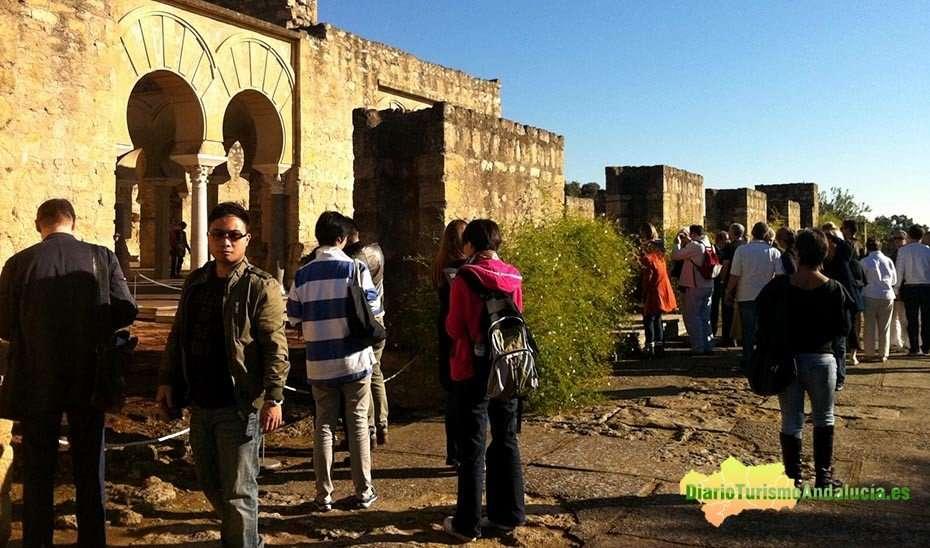 Un grupo de turistas asiáticos durante una visita a Medina Azahara en Córdoba.