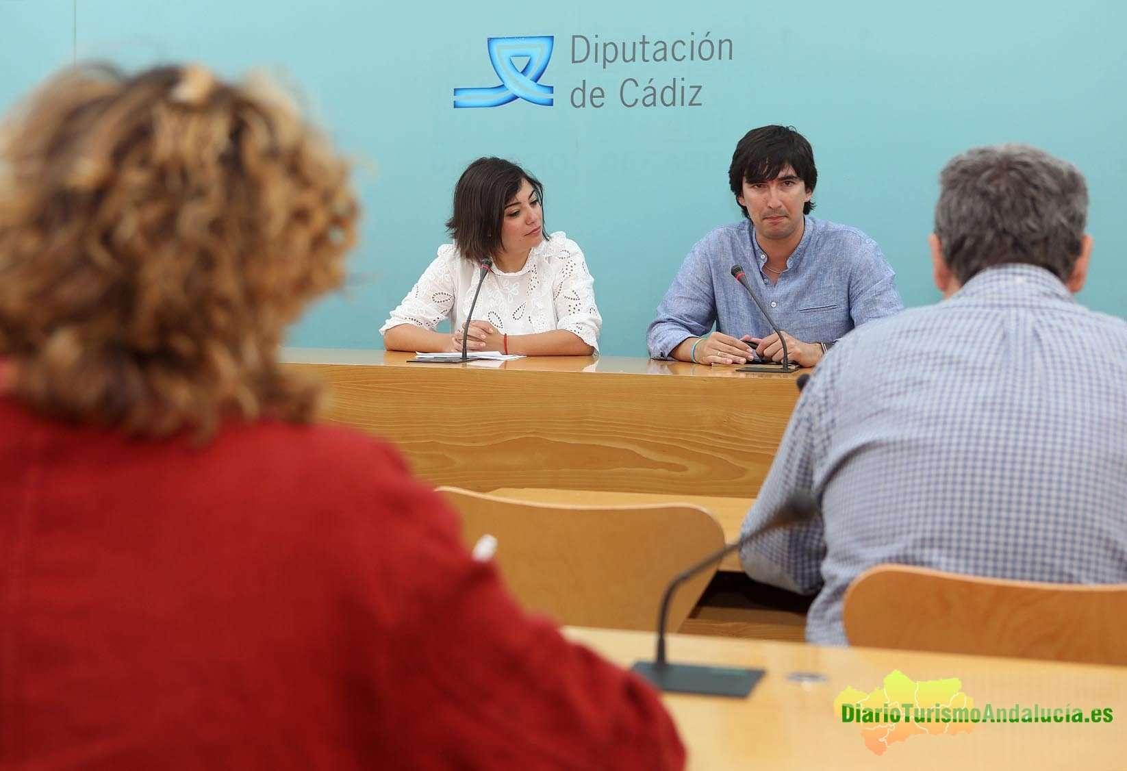 La diputada de Turismo Maria Dolores Varo ha presentado en la Diputación de Cádiz este proyecto, en compañía de Adrián Feria Madueño, doctor en Ciencias de la Actividad Física y del Deporte.