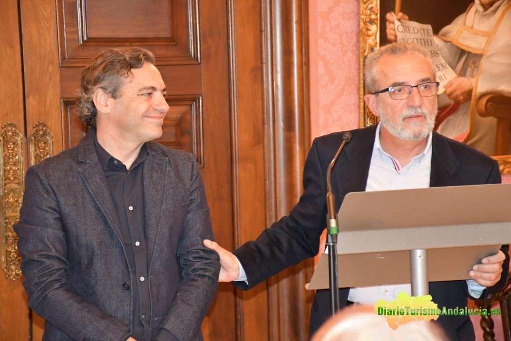 Juan Manuel Flores, delegado de Bienestar Social y Empleo, y Felipe Castro, director gerente de Emvisesa, atendiendo a los medios en un acto de entrega de locales comerciales del Plan de dinamización de zonas desfavorecidas.