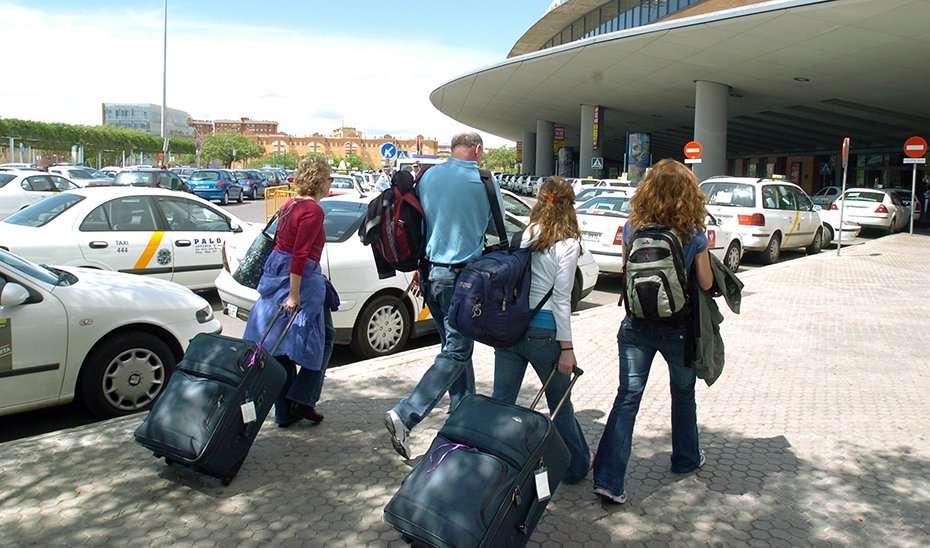 Un viajeros llegan a la estación ferroviaria de Santa Justa, en la segunda jornada de huelga de taxistas celebrada hoy, segunda durante la Semana Santa sevillana y que podria repetirse en la próxima Feria de Abril. EFE/EDUARDO ABAD