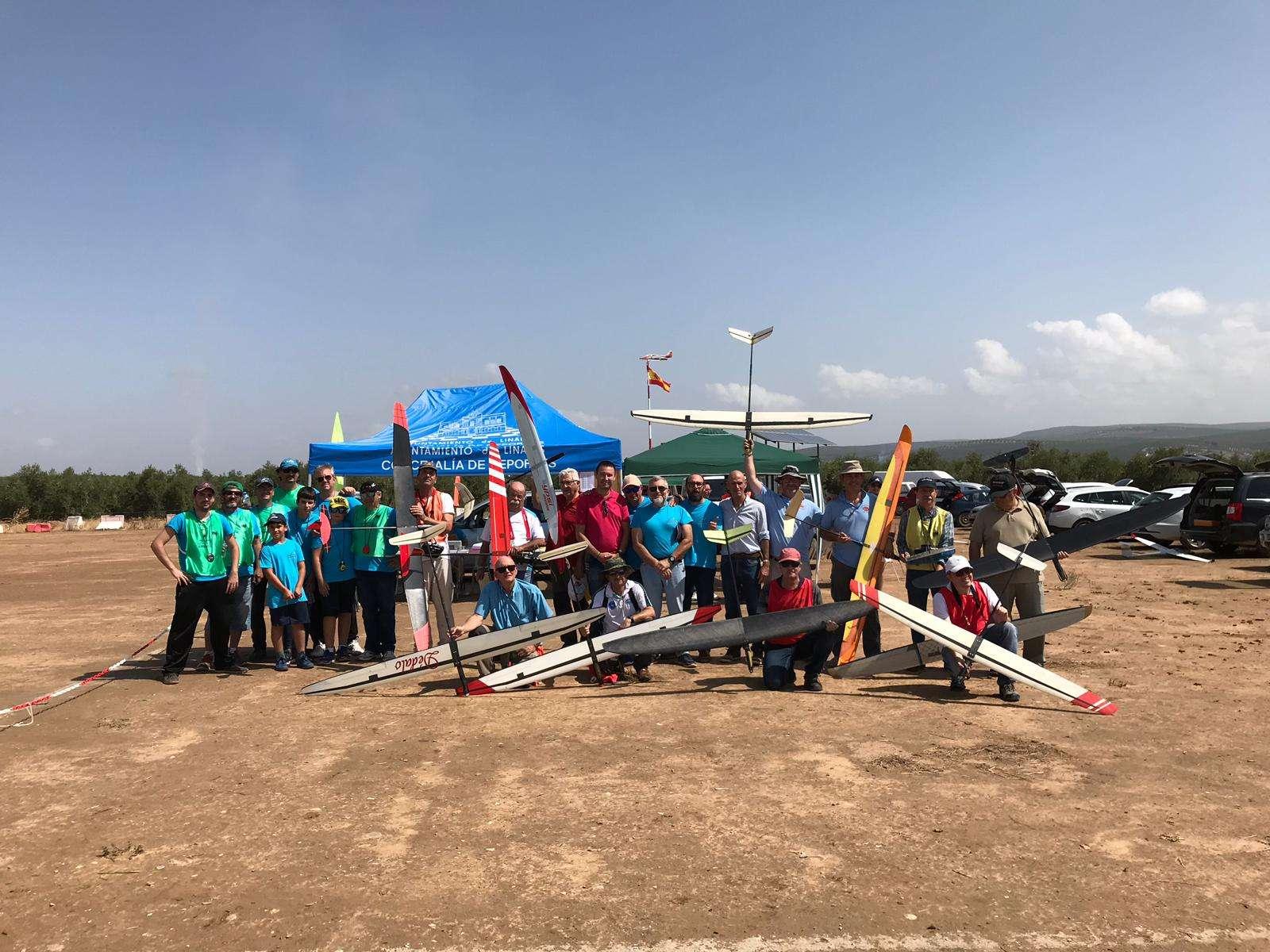 El diputado provincial Daniel Campos ha asistido a la celebración del Campeonato de España de Aeromodelismo que se ha celebrado en el campo de vuelo ubicado junto a Cástulo, en Linares.