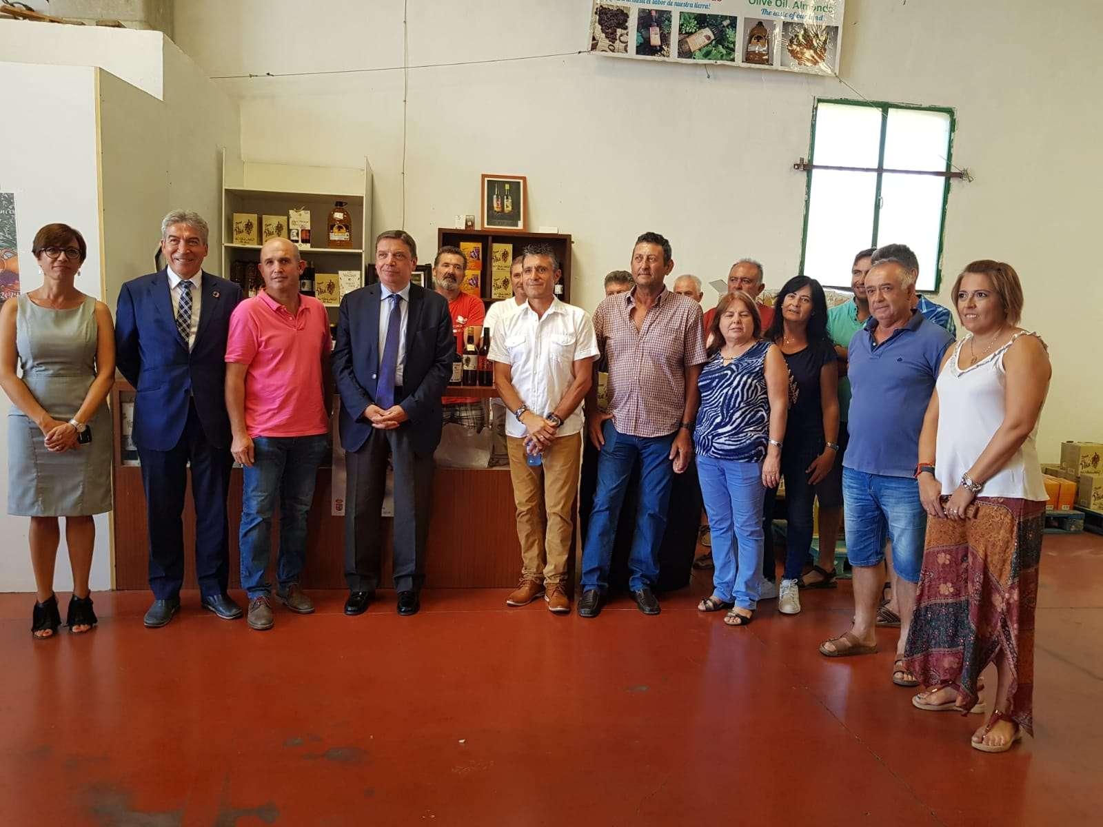 Luis Planas ha viajado a la Axarquía para conocer de cerca el cultivo de la uva pasa moscatel.