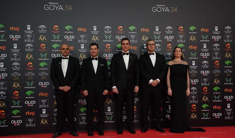 Juanma Moreno, con el presidente del Gobierno, Pedro Sánchez, y el resto de autoridades, momentos previos al inicio de la gala.
