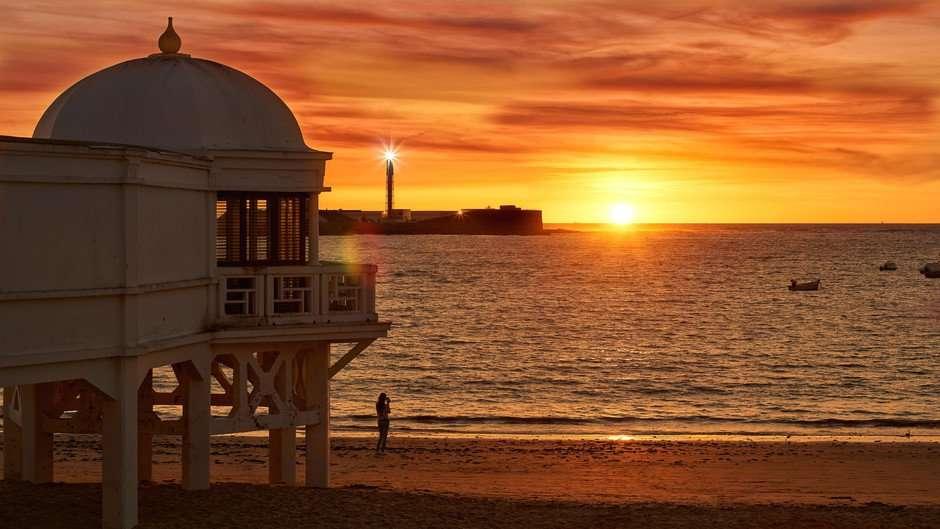 Los lectores de Condé Nast Traveler han elegido la puesta de Sol de la playa andaluza de La Caleta, como el mejor de Andalucía y de España.