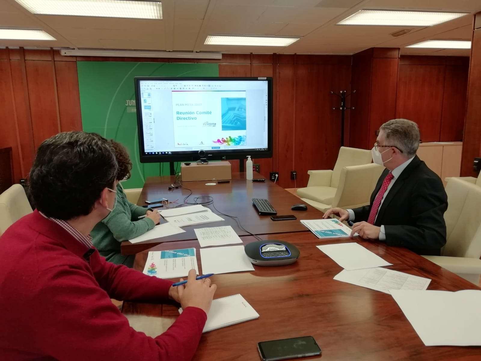 El secretario general para el Turismo, Manuel Muñoz, durante la reunión con responsables de las consejerías de la Junta de Andalucía.