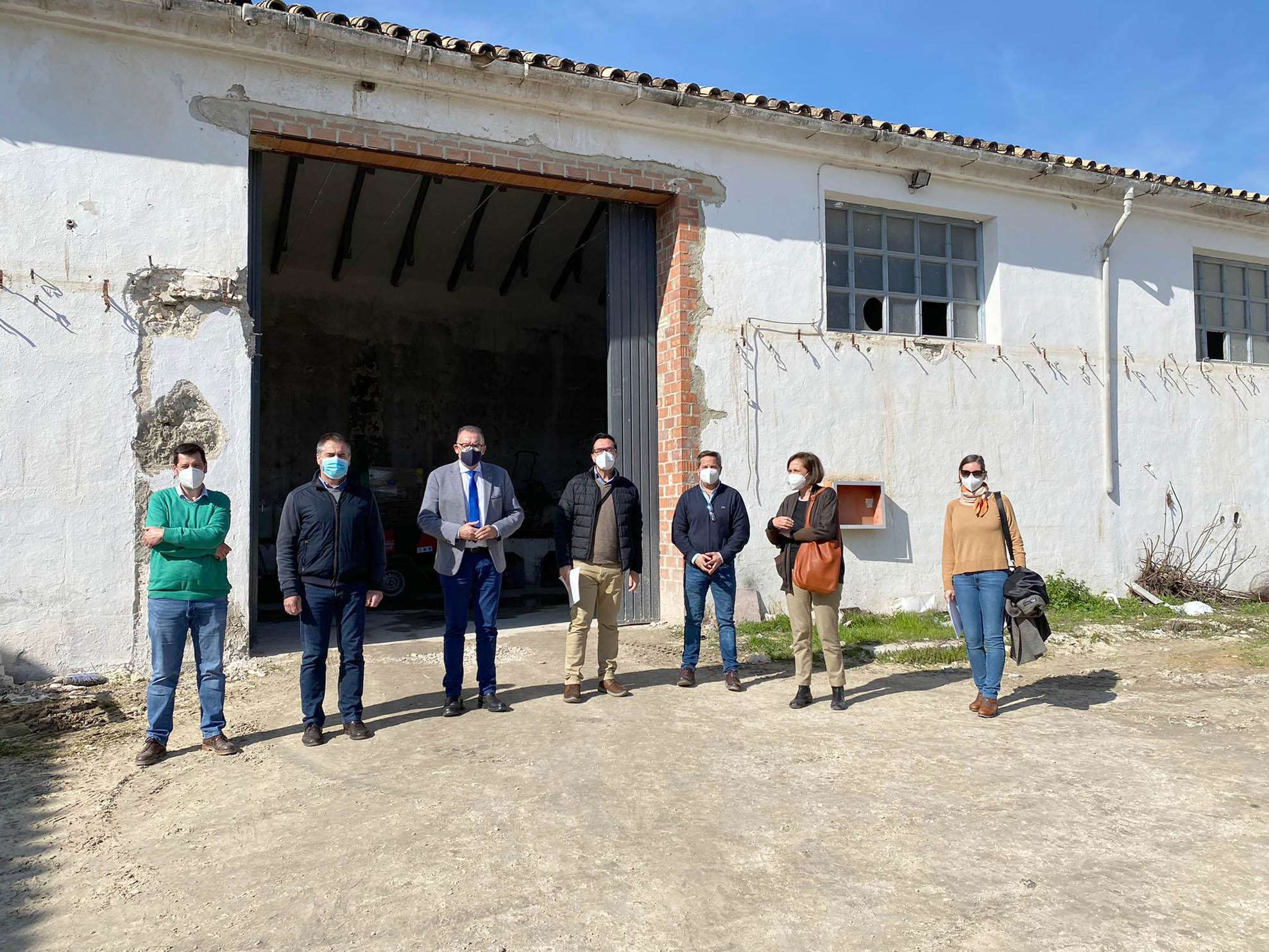El delegado de Cohesión Territorial de la Diputación de Córdoba, Juan Díaz, ha hecho entrega al alcalde de Nueva Carteya, Vicente Tapia, de la obra de rehabilitación realizada con fondos provinciales en las naves de la antigua Cooperativa Aceitera de Nuestra Señora del Rosario.