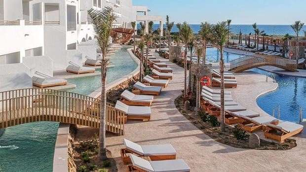 Con esta nominación del hotel Zahara Beach, se pone de relieve todo el significado del lujo y el confort que se concentran en sus exclusivas habitaciones Swim Up, con piscinas privadas en la habitación.